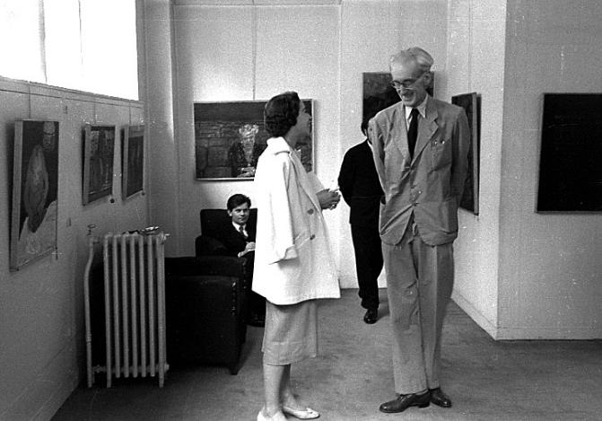 Józef Czapski w czasie wystawy w Galerie w M. Bénezit w Paryżu; Z tyłu siedzi Zbigniew Herbert