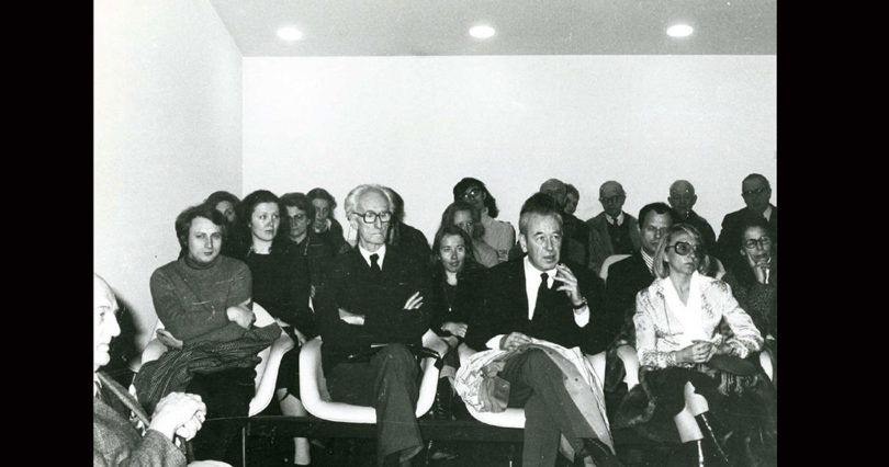 Zdjęcie czarnobiałe: Józef Czapski , sala Centrum Dialogu w Paryżu